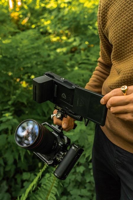Ben apuntando la cámara hacia arriba, una cámara Canon EOS R5 con el sistema de grabación Atomos Ninja V
