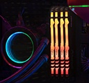 Kingston FURY Beast RGB com um resfriador de CPU e fios plugados em uma placa-mãe com um monitor à esquerda com as especificações do PC
