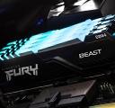 PC에 설치된 상태에서 모듈 상단이 파란색으로 빛나는 Kingston FURY Beast RGB