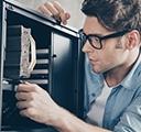 집에서 데스크톱 컴퓨터 하드웨어를 업그레이드하고 있는 남자의 클로즈업 사진