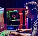 컴퓨터 바탕 화면을 배경으로 헤드셋을 착용하고 책상에 앉아서 PC FPS 게임을 플레이하는 젊은 게이머