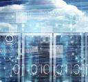 nubes en el cielo detrás de una sala de servidores, con ilustraciones de códigos binarios encima