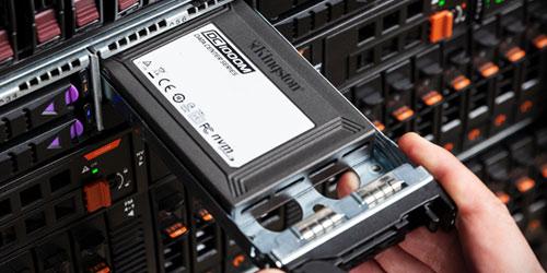 SSD U.2 in un caddy per server, estratto a metà fuori dallo slot di alloggiamento del server