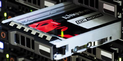 Dysk SSD typu SATA w szafce serwera do połowy wysunięty z wnęki