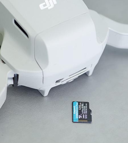Une carte microSD de Kingston à côté d'un drone de DJI