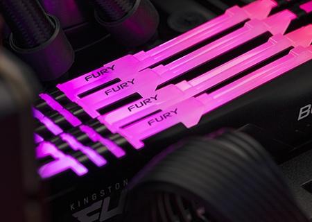 Zbliżenie na pamięć Kingston FURY RGB zainstalowaną na płycie głównej komputera