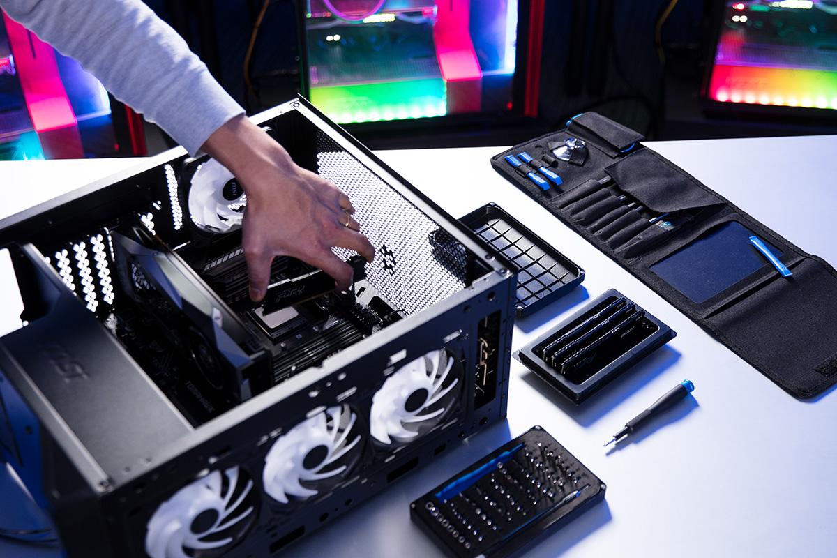 PC에 설치중인 Kingston FURY 메모리 및 SSD
