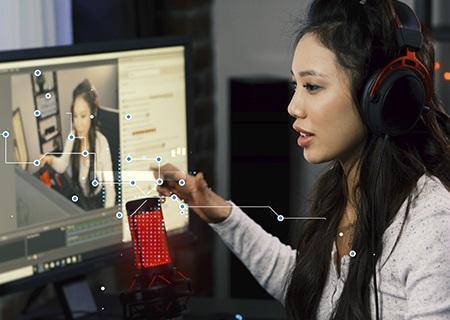 Graczka e-sportowa grająca i transmitująca swoją rozgrywkę na komputerze