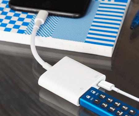 USB-Stick Kingston DT2000 angeschlossen an Lightning-zu-USB 3-Kameraadapter und iPhone