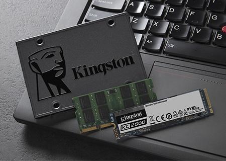 SSDs de Kingston de 2,5 pulgadas y M.2 con memoria SODIMM en el teclado de una computadora portátil