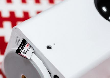 Kamera do monitoringu z luźno włożoną kartą microSD w gnieździe