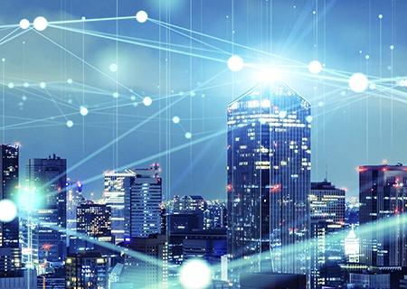 Immagine di una città intelligente con linee che rappresentano una rete di comunicazione IoT che connette la città