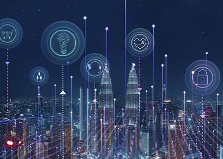 ciudad inteligente 3D por la noche, con líneas de alta velocidad atravesándola, e iconos de aplicaciones del IoT en el cielo