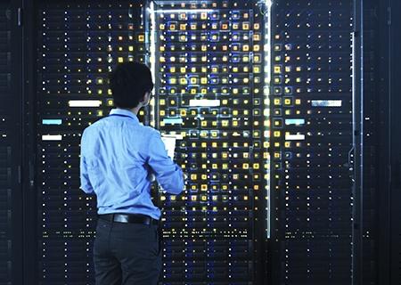 Un ingeniero de centro de datos que verifica un rack de servidores con iluminación e ilustración que muestra su punto de enfoque.