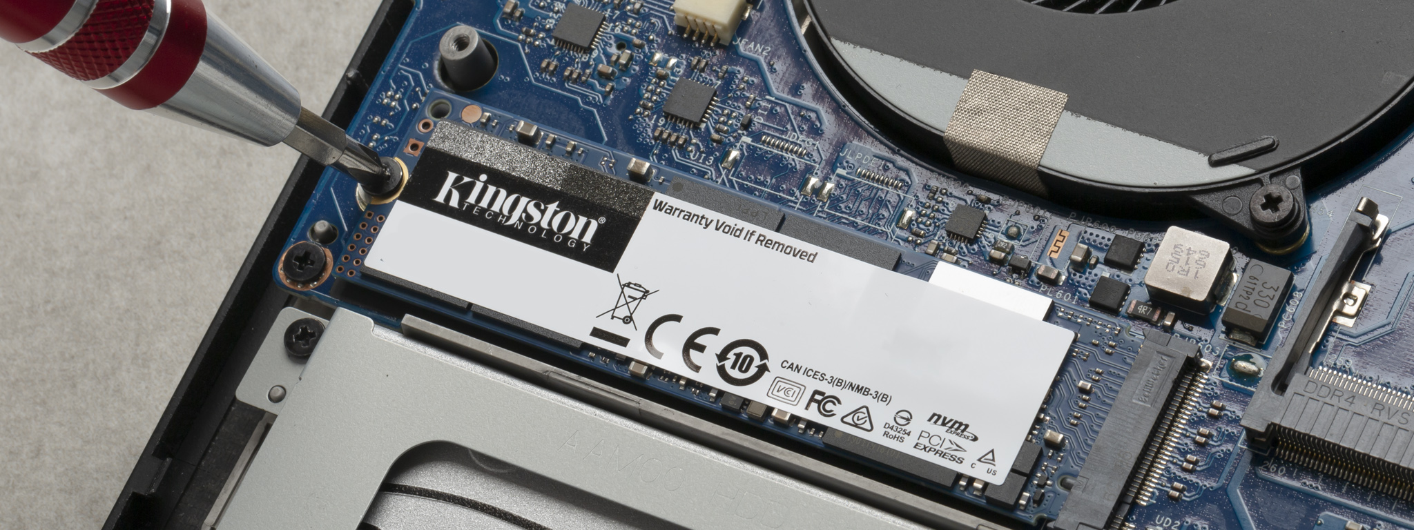 ノートパソコンへの Kingston M.2 SSD の取り付け