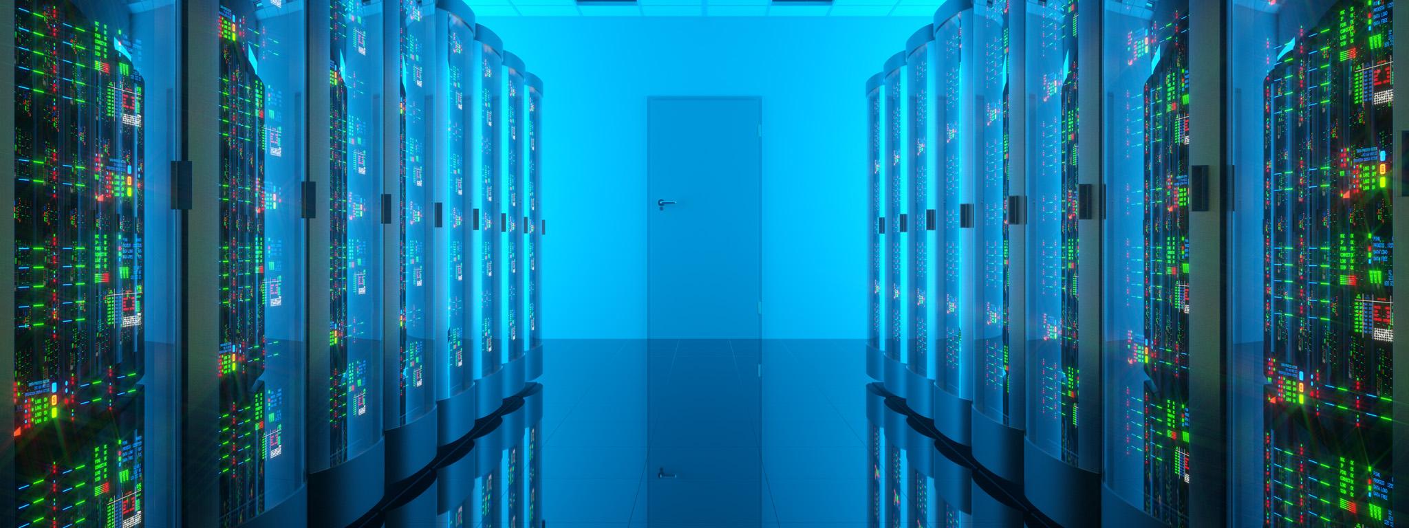 青い照明と緑の LED のあるデータセンターの廊下を見下ろした様子