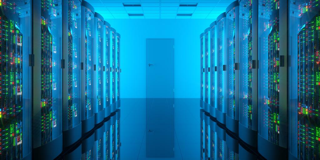 Вид на коридор центра обработки данных с синей подсветкой и зелеными светодиодами