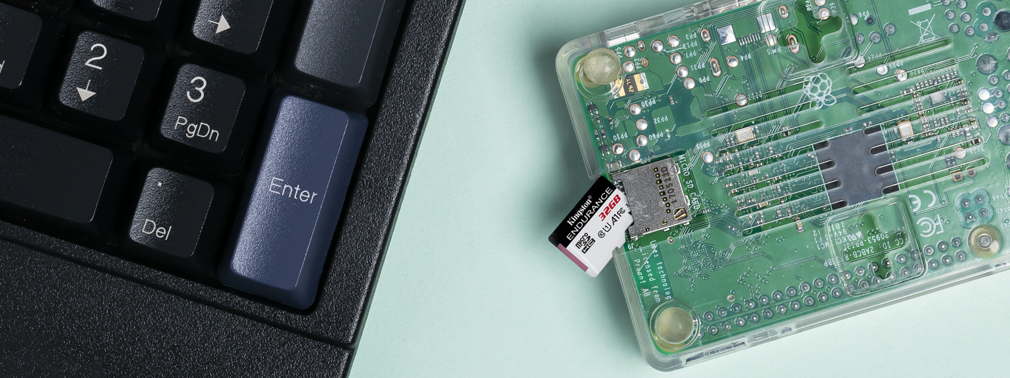 키보드 옆의 Kingston microSD 및 Raspberry Pi 소형 보드 컴퓨터