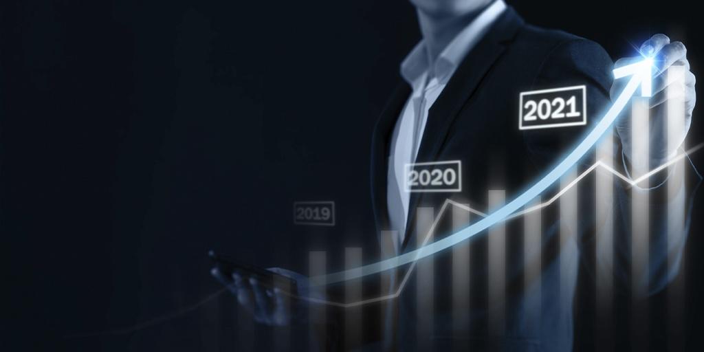 Biznesmen wskazuje na ilustrację z wykresem pokazującym wzrost rynku na przestrzeni kilku lat do 2021 roku