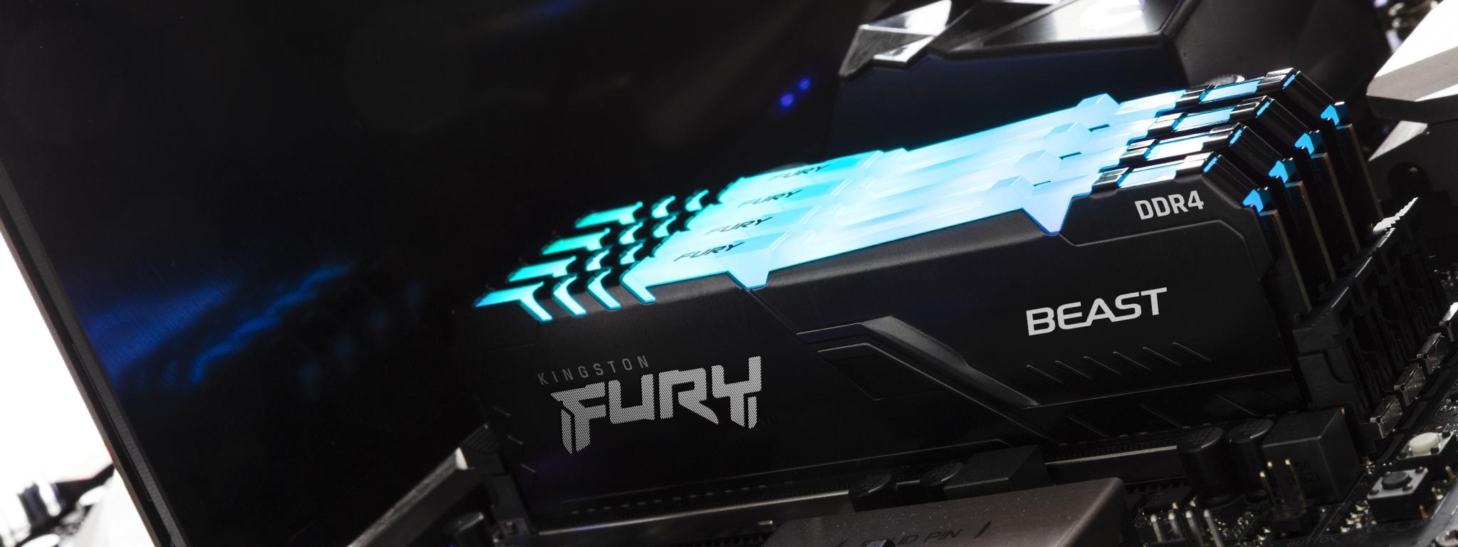 Pamięć Kingston FURY Beast RGB zainstalowana w komputerze z niebieską poświatą na górze modułu