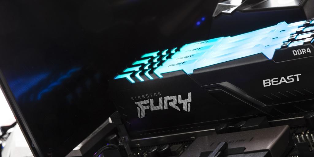 Kingston FURY Beast RGB eingebaut in einem von der Oberseite des Moduls blau leuchtenden PC