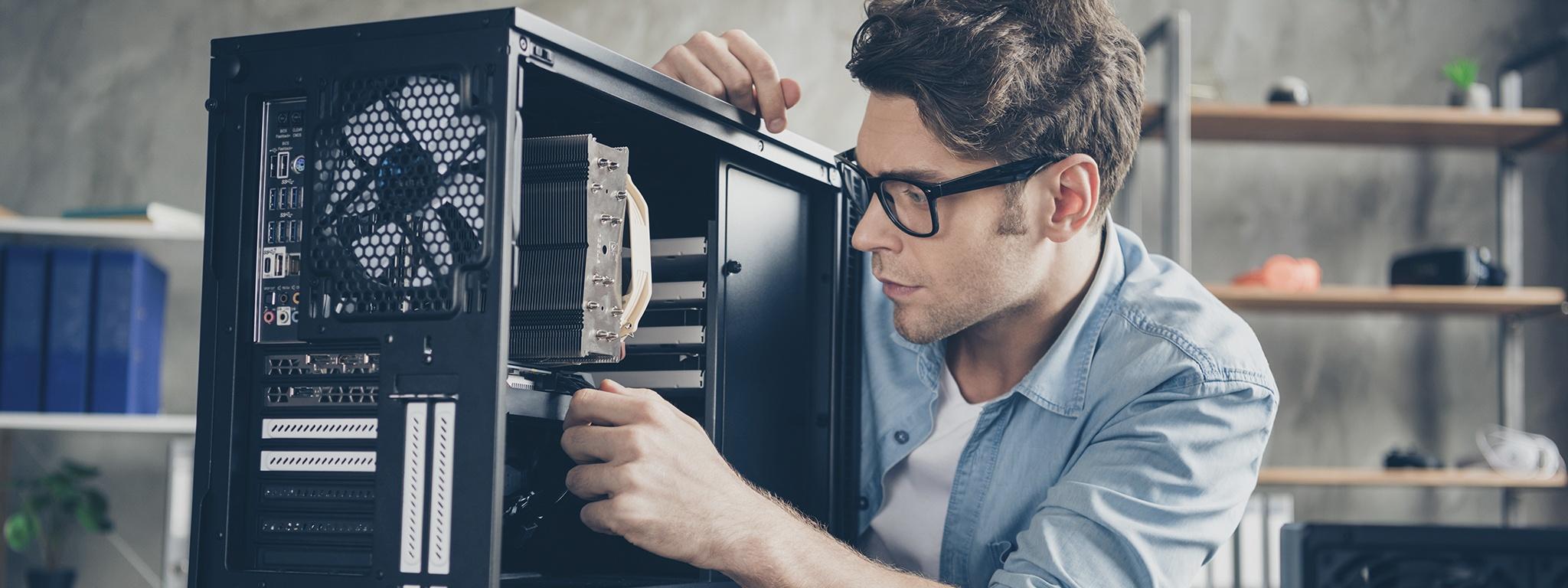 Ảnh chụp cận cảnh một người đàn ông đang nâng cấp phần cứng cho máy tính để bàn của mình tại nhà