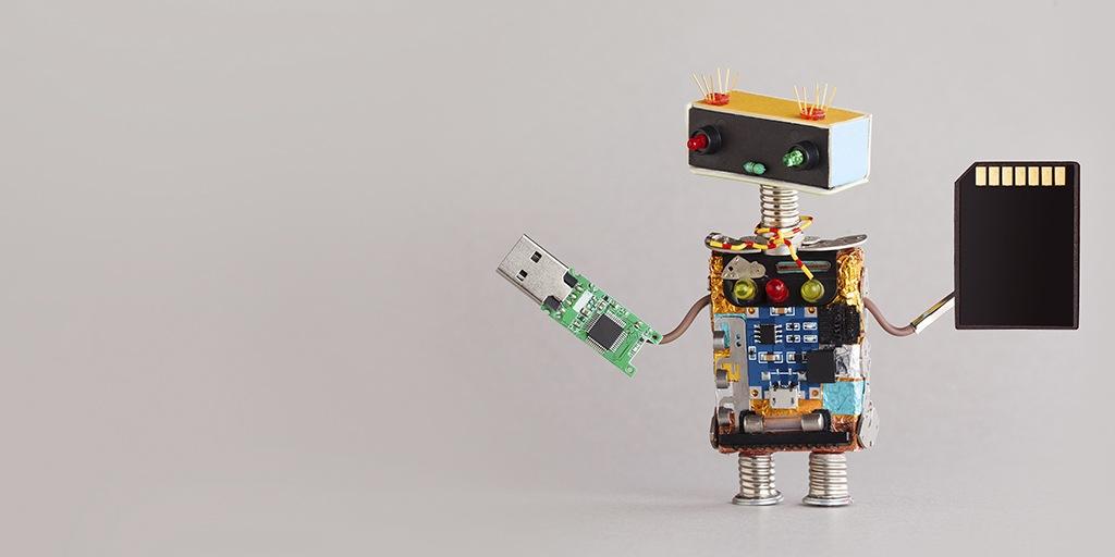 Miniatur-DIY-Roboter mit einer USB-Flash-Platine und einer SD-Speicherkarte