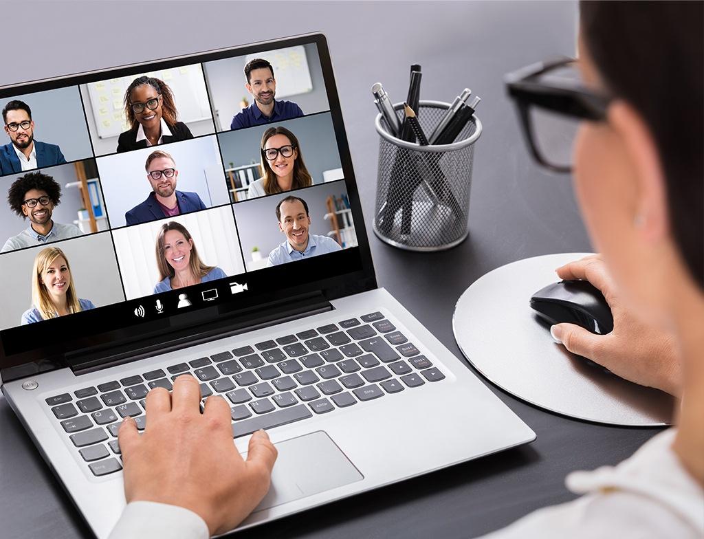 Osoba pracująca na laptopie