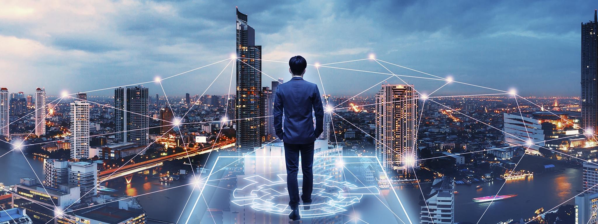 Immagine di un uomo che cammina lungo una rete virtuale all'interno di una grigli raffigurante una rete sullo sfondo di una città