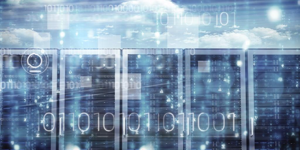 Wolken am Himmel hinter einem Serverraum mit darauf abgebildeten Binärcodes