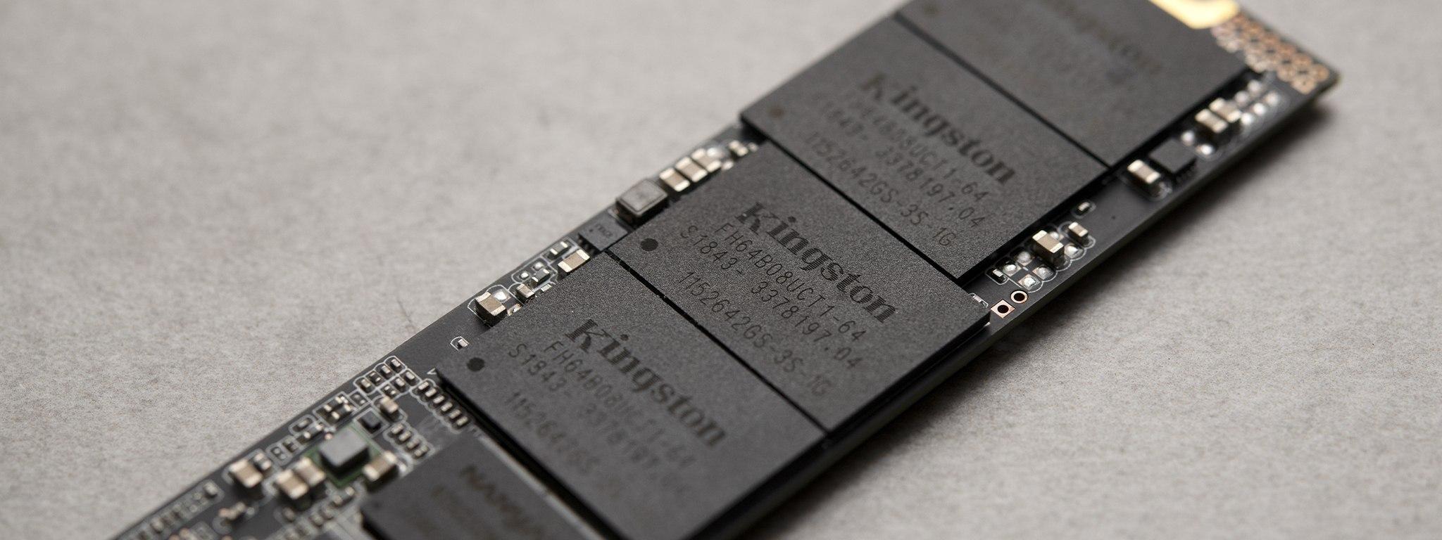 Bir Kingston NVMe SSD'deki yongaların yakından çekimi