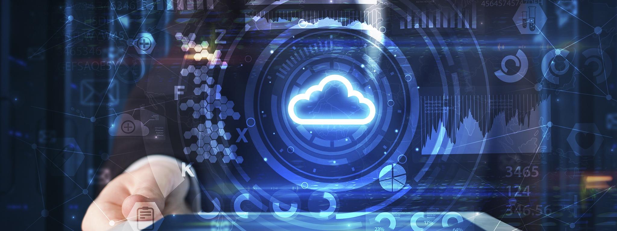 un hombre en una sala de servidores, sosteniendo una tableta con una ilustración de tecnología de nube y un diagrama en 2D saliendo de la pantalla
