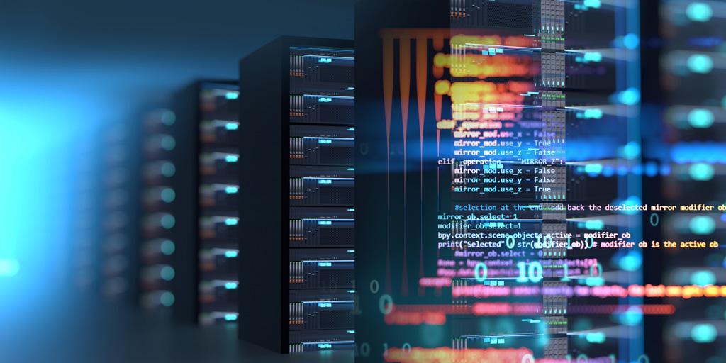Weichzeichner auf Reihen von Server-Racks, die mit buntem Computercode überlagert sind