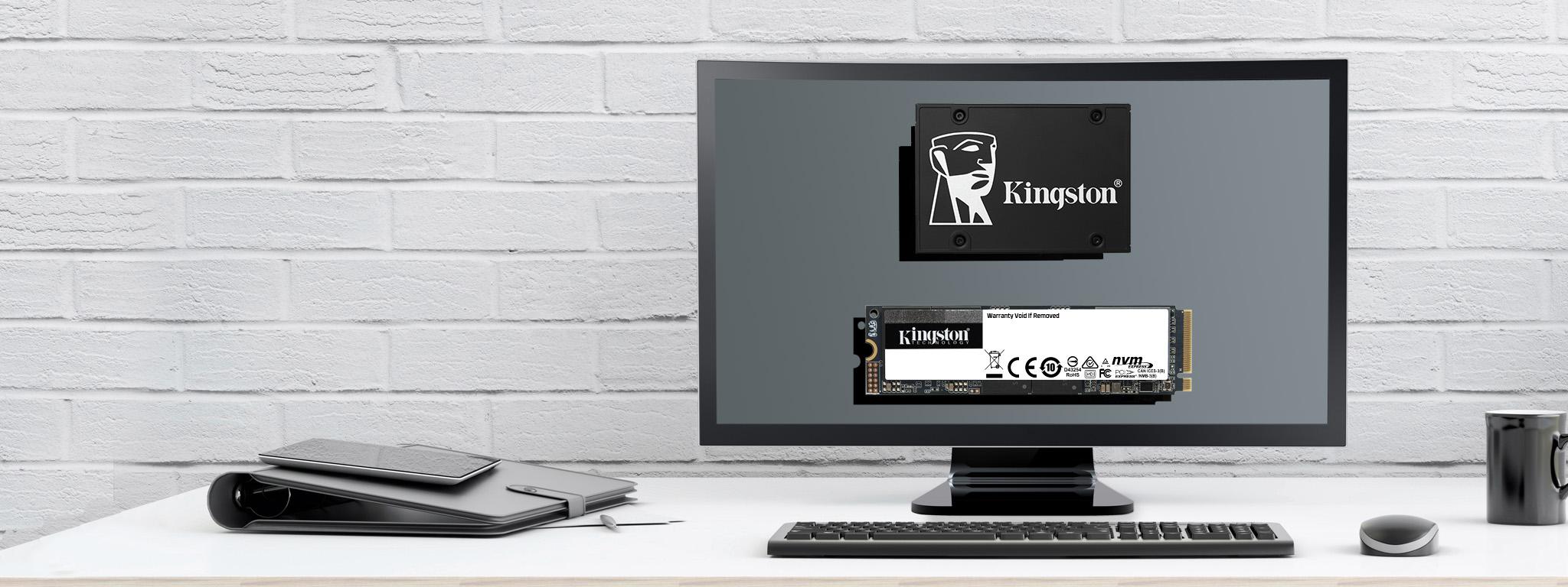 Écran plat d'ordinateur sur un bureau avec un   KC2500 et un KC600