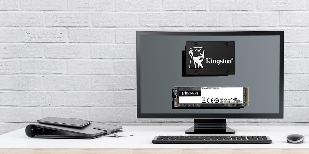Monitor a schermo piatto per computer su una scrivania, su cui sono mostrate le unità  KC2500 e KC600