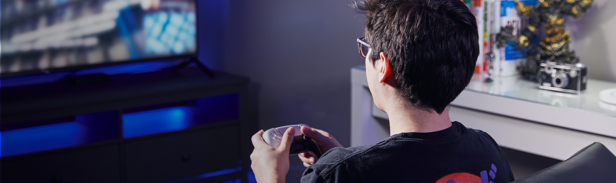 PS5에서 게임을 하는 게이머
