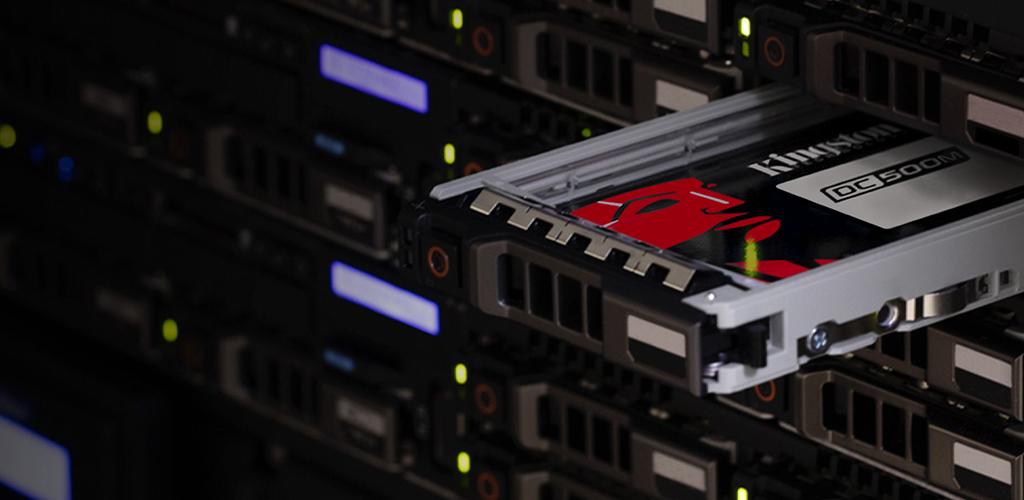 Ổ cứng SSD server Kingston trong một tủ rack