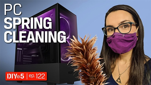 Trisha avec un masque et un plumeau à côté d'un PC