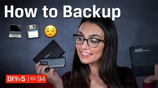 Trisha, çeşitli harici SSD'ler tutuyor