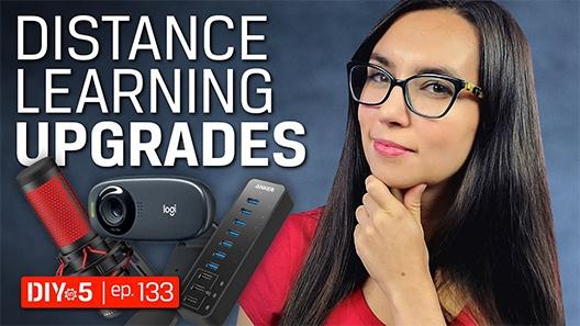 Trisha mirando hacia adelante con algunos periféricos de computadora a su derecha