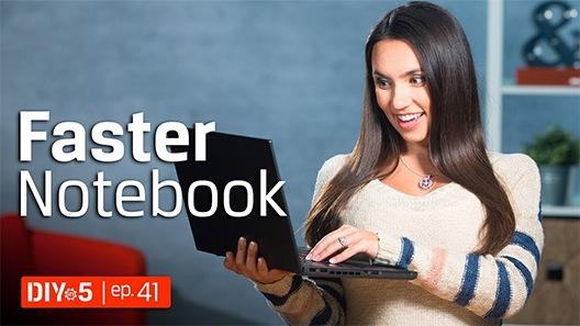Trisha sosteniendo una laptop
