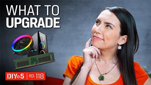Trisha mirando hacia arriba pensando con una computadora de escritorio y con un módulo de memoria a su derecha